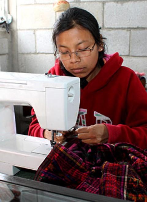 Después de usar la máquina de coser de su madre, Ana María se apasionó de la moda.