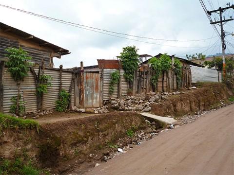 Vista de casas a lo largo de una calle de tierra en Guatemala