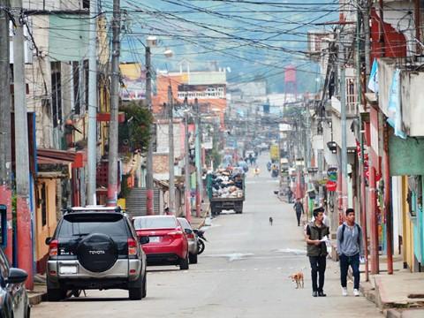Jóvenes caminan por una calle en Guatemala
