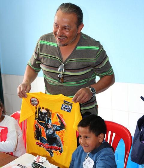Warren y Miguel comparten una sonrisa.
