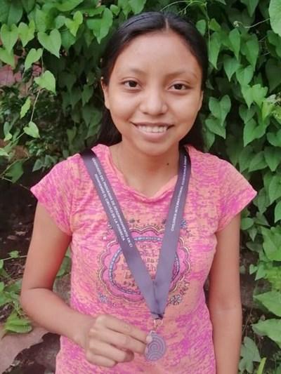 Ayude a Claudia Elizabeth apadrinándole hoy. El apadrinamiento es una experiencia hermosa y gratificante.