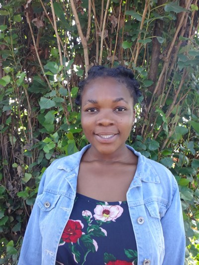 Ayude a Esther apadrinándole hoy. El apadrinamiento es una experiencia hermosa y gratificante.