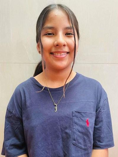 Ayude a Alejandra Janeth apadrinándole hoy. El apadrinamiento es una experiencia hermosa y gratificante.