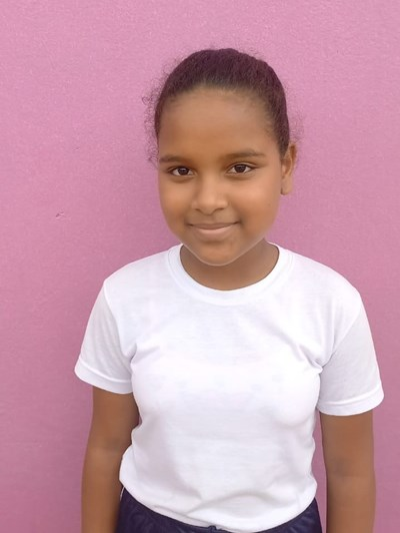 Ayude a Robeinny Josefina apadrinándole hoy. El apadrinamiento es una experiencia hermosa y gratificante.