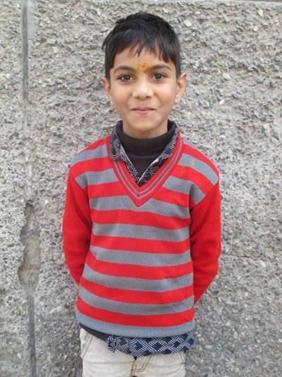Ayude a Dhairya apadrinándole hoy. El apadrinamiento es una experiencia hermosa y gratificante.