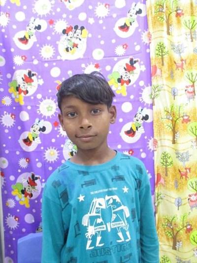 Ayude a Dinesh apadrinándole hoy. El apadrinamiento es una experiencia hermosa y gratificante.