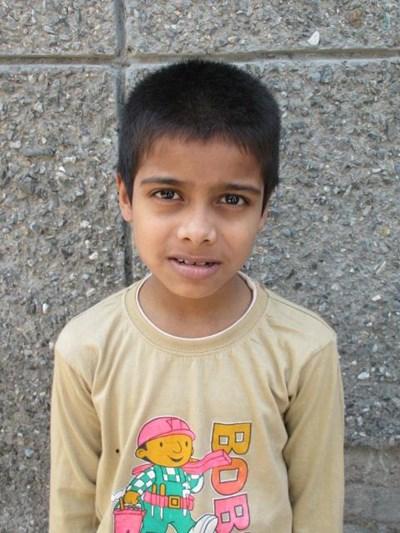 Ayude a Aadil apadrinándole hoy. El apadrinamiento es una experiencia hermosa y gratificante.