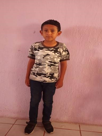 Ayude a Yonathan Fernando apadrinándole hoy. El apadrinamiento es una experiencia hermosa y gratificante.