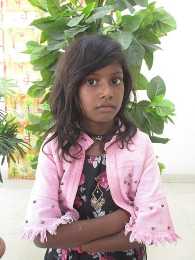 Ayude a Raj Nandini apadrinándole hoy. El apadrinamiento es una experiencia hermosa y gratificante.