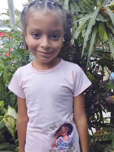 Ayude a Maria Angel apadrinándole hoy. El apadrinamiento es una experiencia hermosa y gratificante.