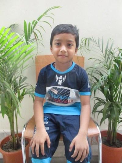 Ayude a Surya apadrinándole hoy. El apadrinamiento es una experiencia hermosa y gratificante.