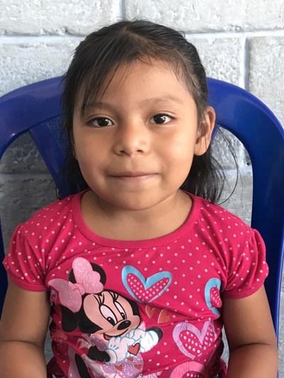 Ayude a Yoselin Marile apadrinándole hoy. El apadrinamiento es una experiencia hermosa y gratificante.