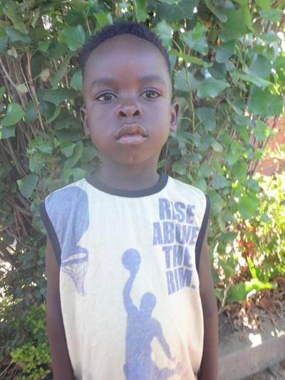 Ayude a Mamadu apadrinándole hoy. El apadrinamiento es una experiencia hermosa y gratificante.