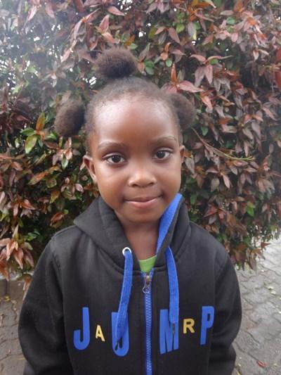 Ayude a Esther Yande apadrinándole hoy. El apadrinamiento es una experiencia hermosa y gratificante.
