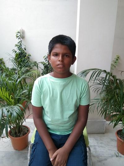 Ayude a Aayush apadrinándole hoy. El apadrinamiento es una experiencia hermosa y gratificante.