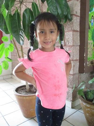 Ayude a Karla Ximena apadrinándole hoy. El apadrinamiento es una experiencia hermosa y gratificante.