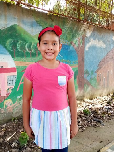 Ayude a Melany Jazmin apadrinándole hoy. El apadrinamiento es una experiencia hermosa y gratificante.