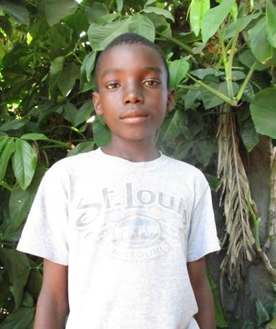 Ayude a Julius apadrinándole hoy. El apadrinamiento es una experiencia hermosa y gratificante.